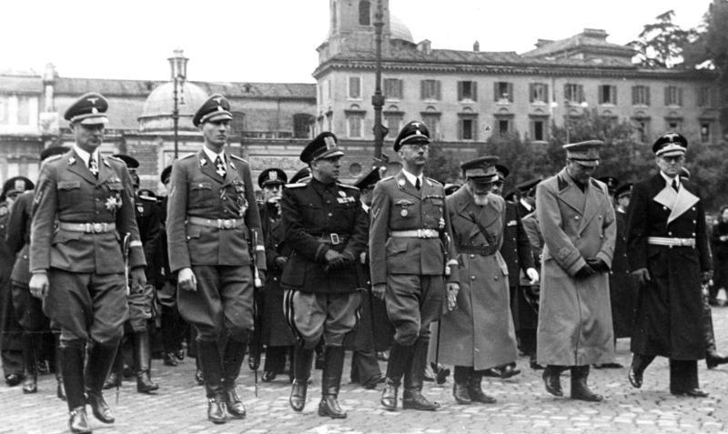 Gerarchi fascisti e nazisti presenti ai funerali di Arturo Bocchini, tenutisi a Roma il 21 novembre 1940. Tra loro si riconosce Heinrich Himmler,